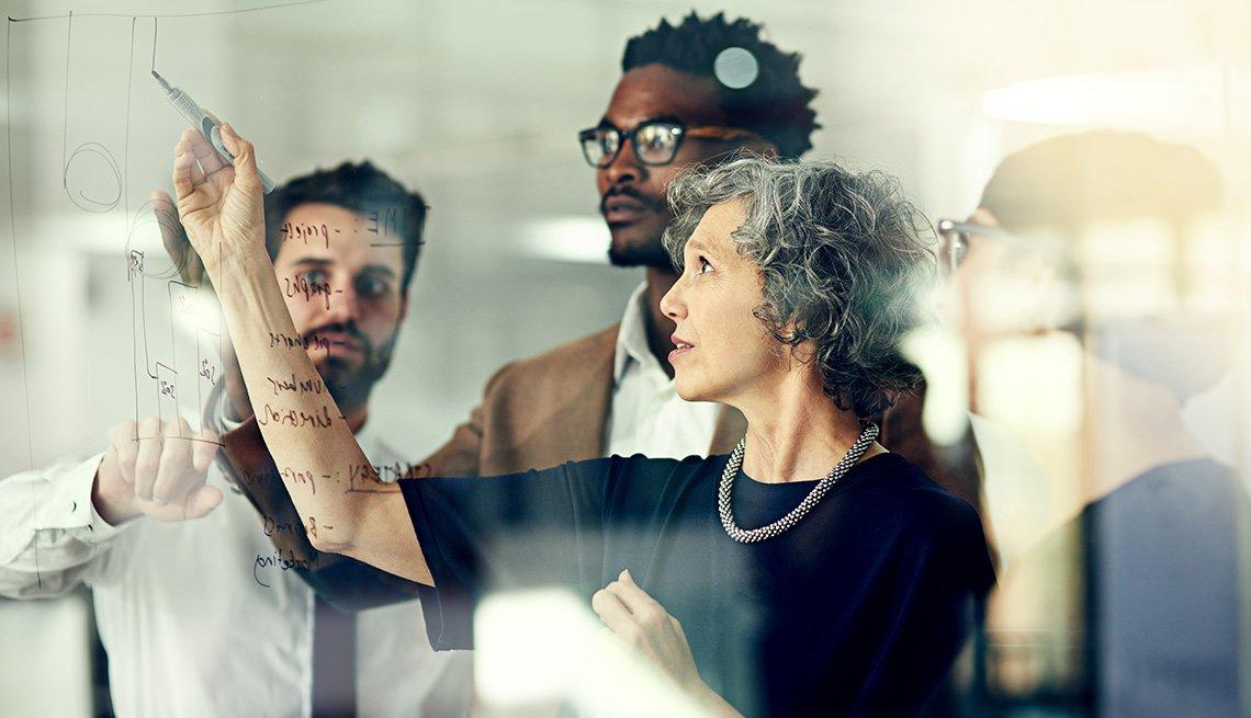 Empleados de una empresa reunidos trazando una estrategia