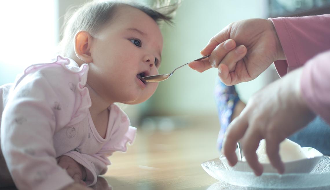 Alimentan a bebé.