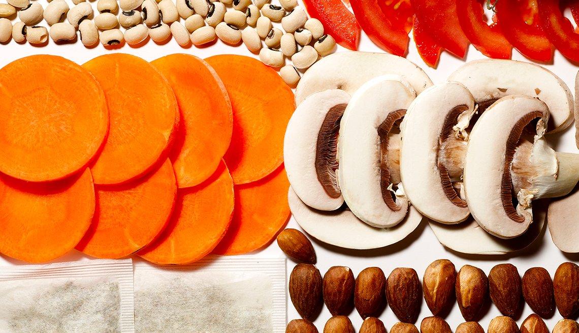 Champiñones en rodajas, zanahorias, guisantes, tomates, almendras y dos bolsitas de té.