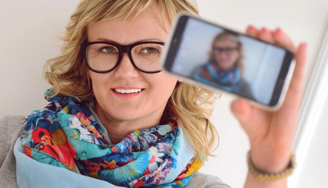 mujer mayor de 50 selfie nariz