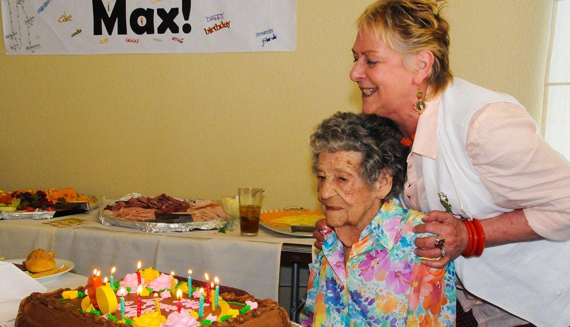 Maxine Stanich celebrando su cumpleaños 90
