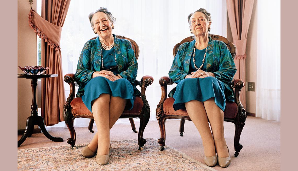 Mujer sentada al lado de una imagen de ella misma: Una feliz y la otra triste.