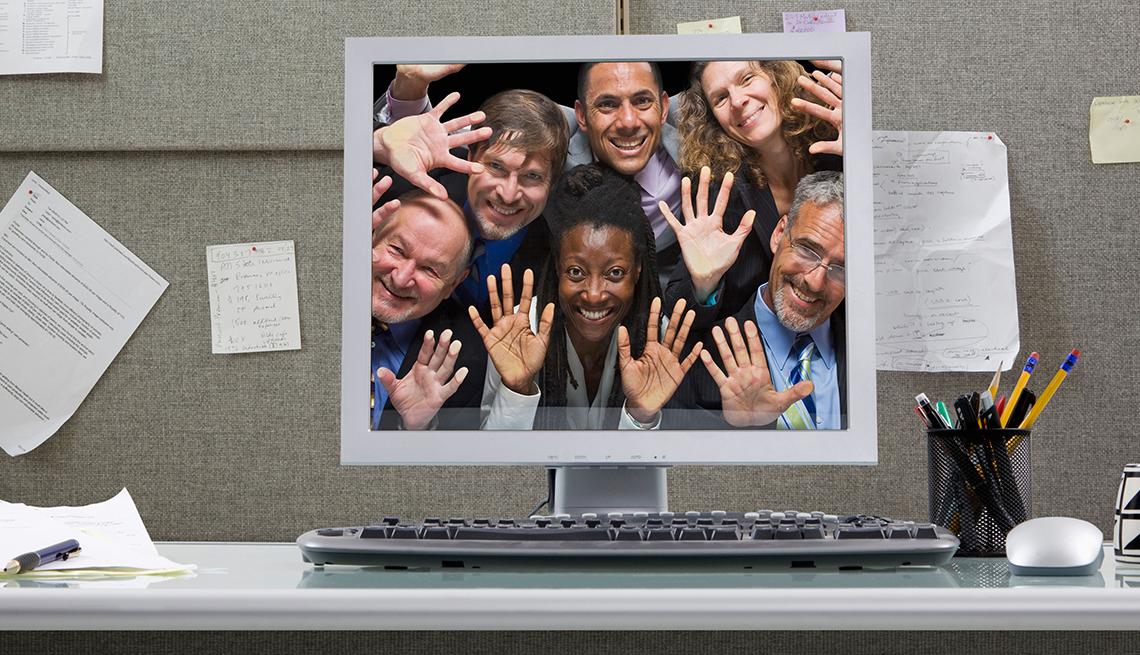 Foto de un grupo de personas desplegada en el monitor de una computadora.