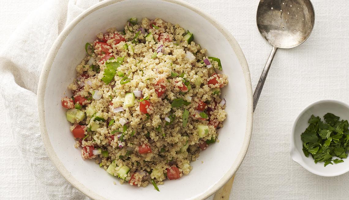 Plato de quinoa con vegetales.