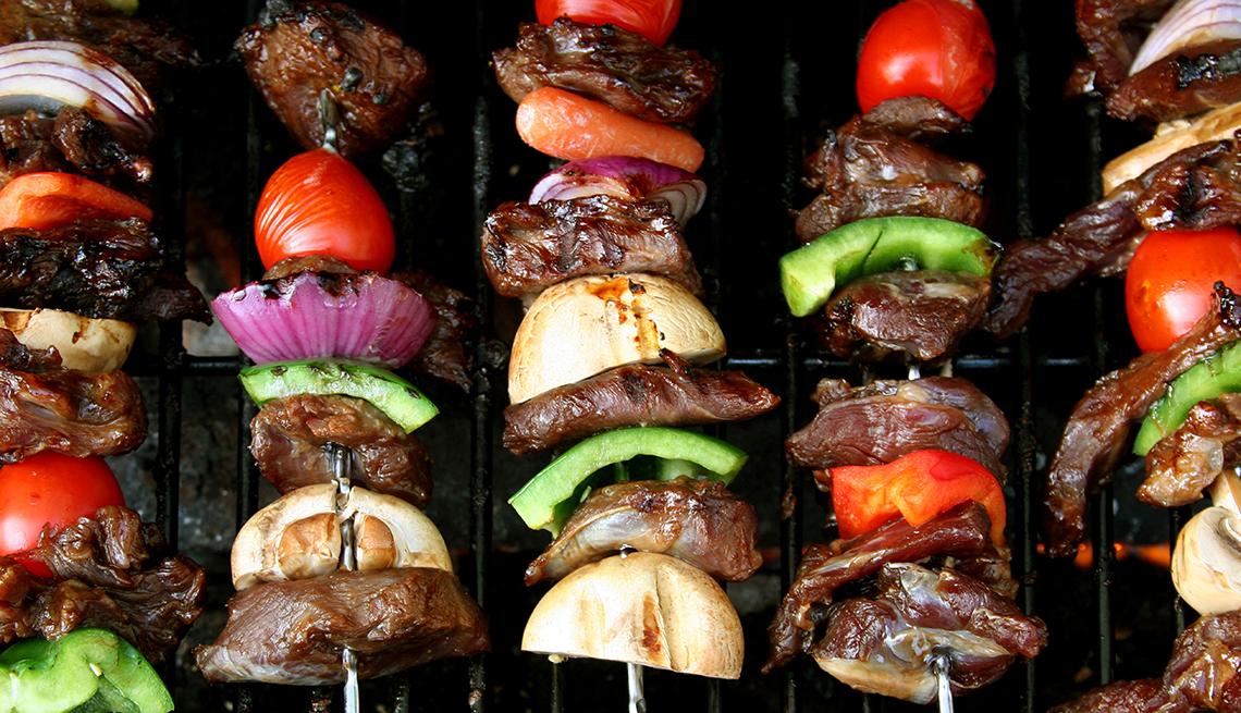 Carnes y verduras en un pincho en la parrilla.