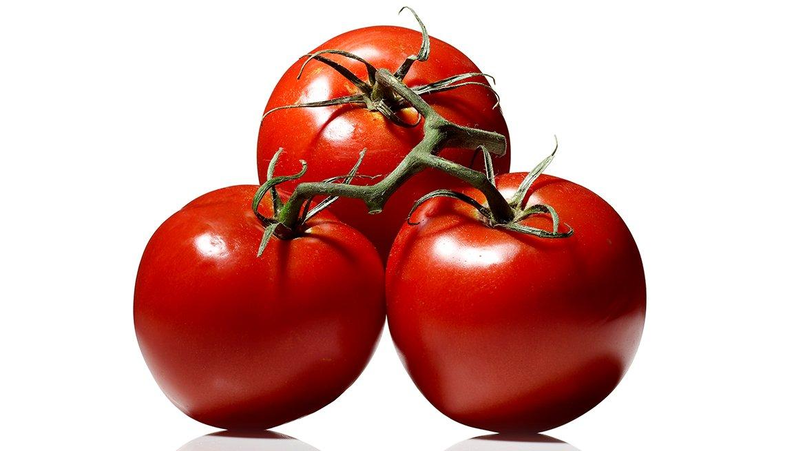 Tres tomates conectados por el tallo.