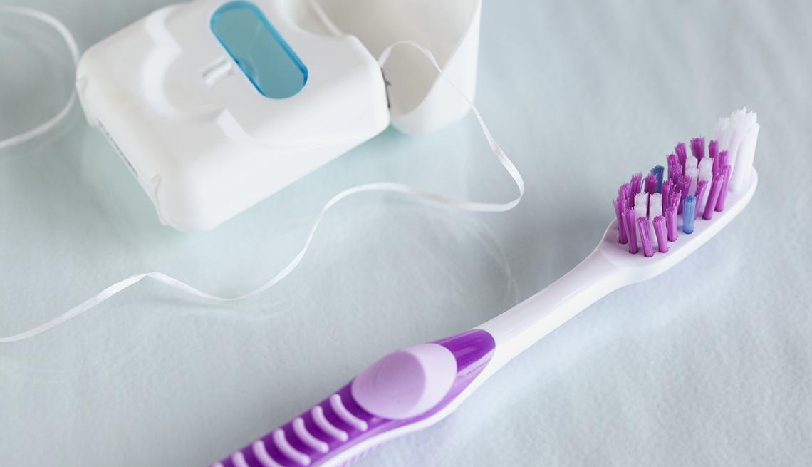 Cepillo de dientes e hilo dental.