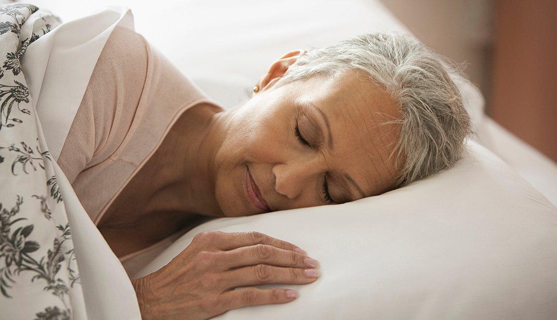 Mujer durmiendo en la cama.