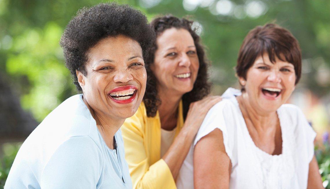 Mujeres de diferentes razas sonríen.