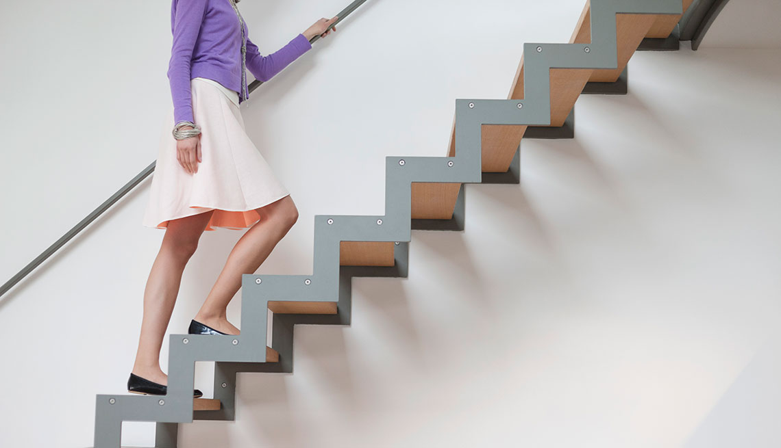 Mujer subiendo las escaleras
