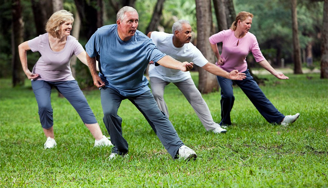 Cuatro adultos practicando taichí