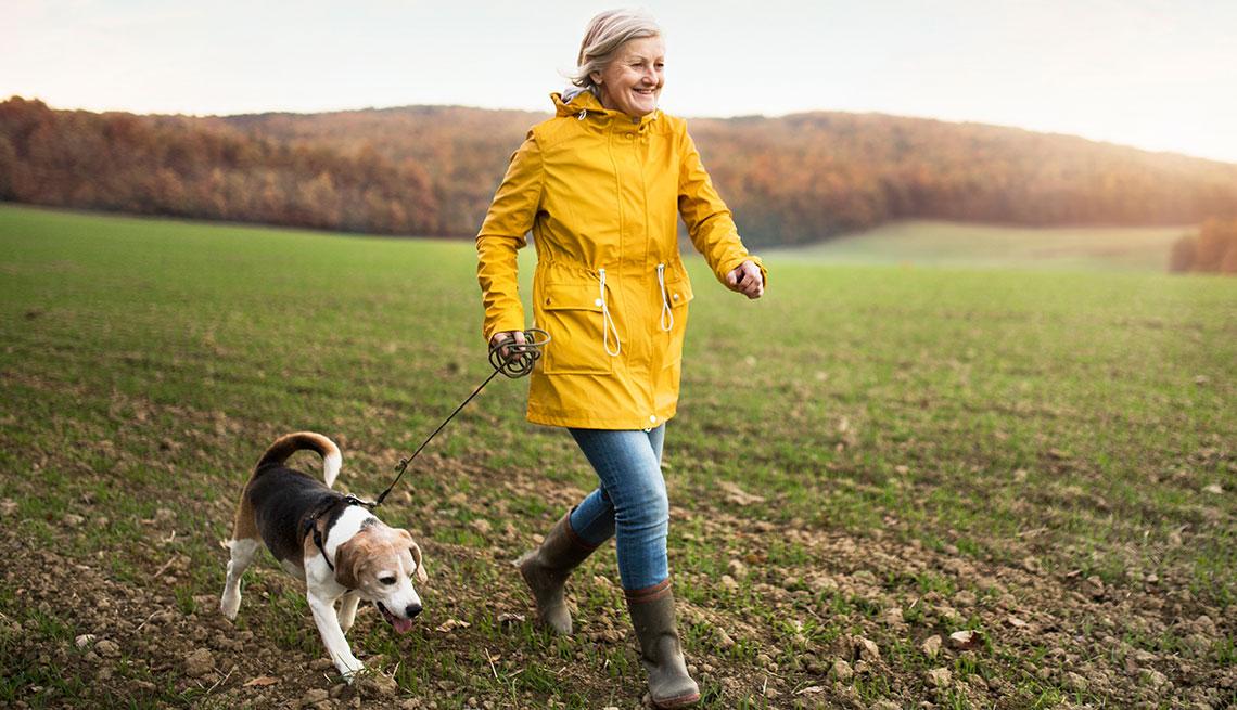 Mujer caminando con su perro