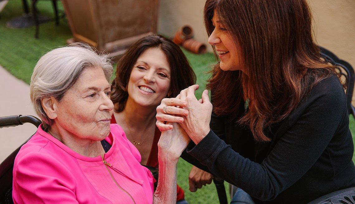 La comendiante Sue Ball (derecha) junto a Muriel Klein (izquierda), paciente de Alzheimer