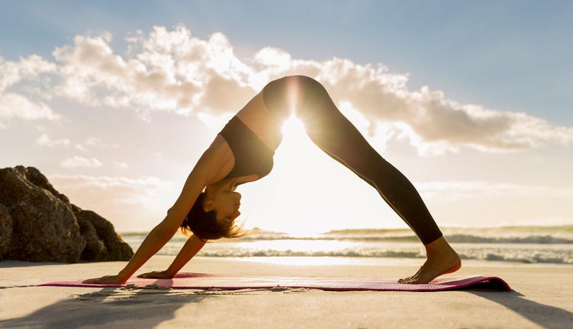 Mujer realizando el perro boca abajo, pose de yoga
