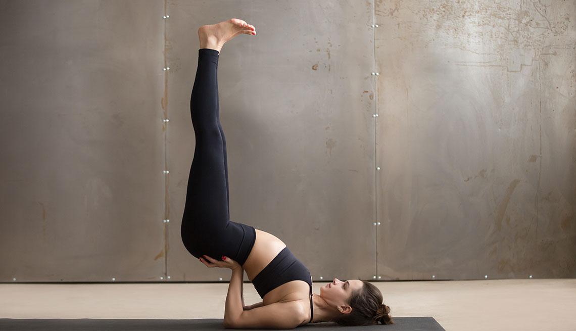 Mujer realizando el viparita karani, pose de yoga