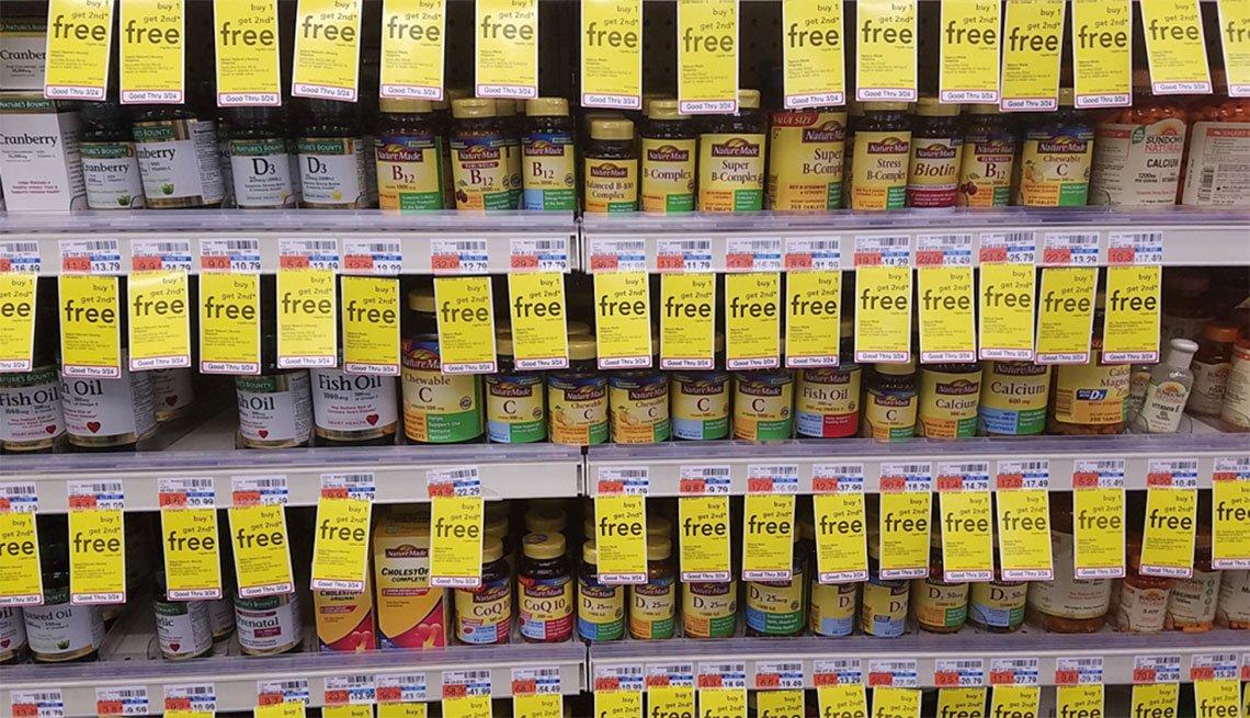 Estante de vitaminas en una tienda