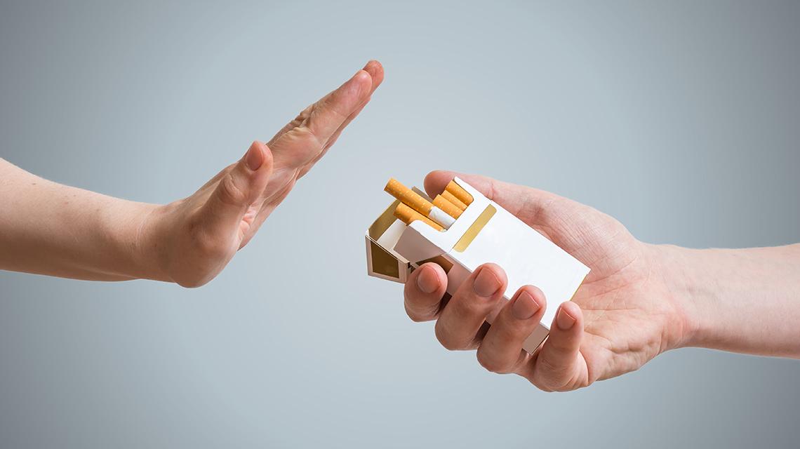 Mano rechazando un cigarrillo
