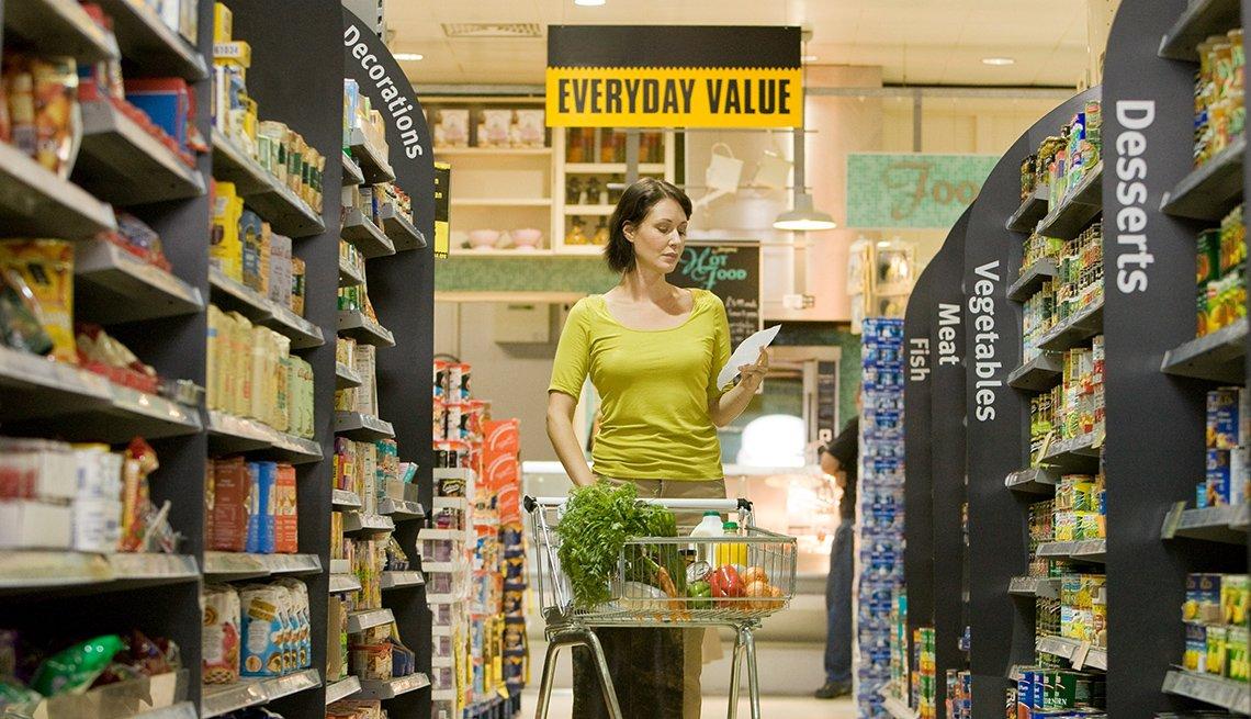Mujer en un supermercado