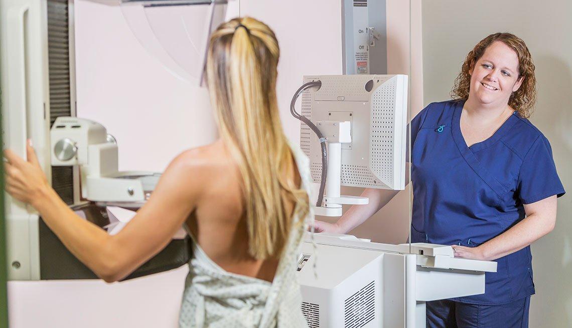 Profesional de la salud le hace mamografía a una mujer