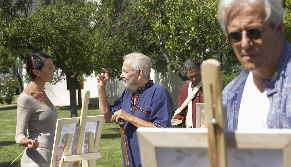 Adultos tomando clases de arte al aire libre