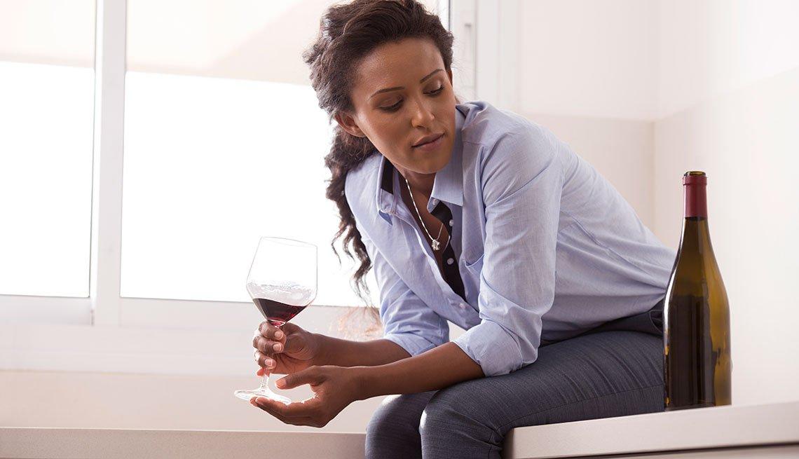 Mujer tomando una copa de vino