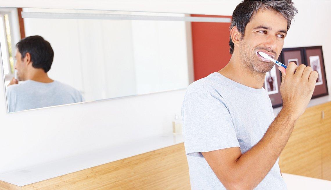 Hombre lavándose los dientes