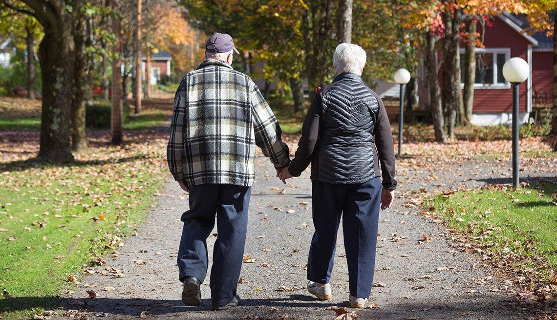 Pareja de ancianos caminando de la mano