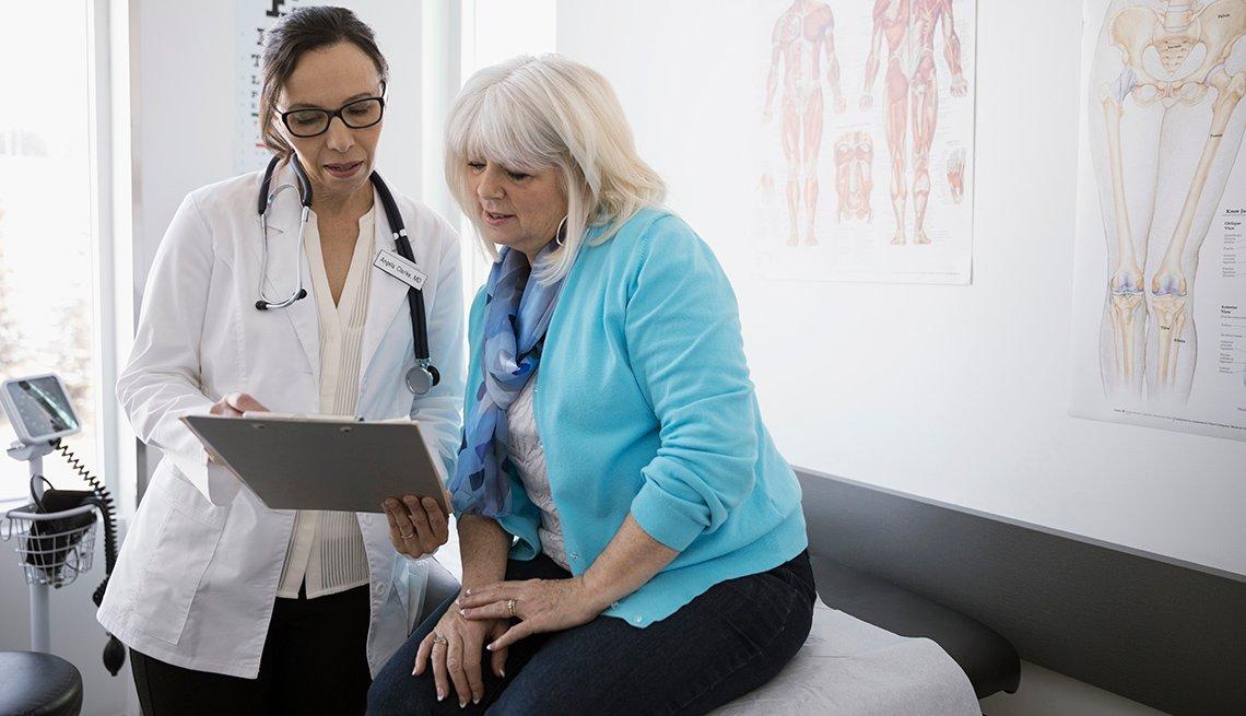 Mujer mayor conversando con su doctora