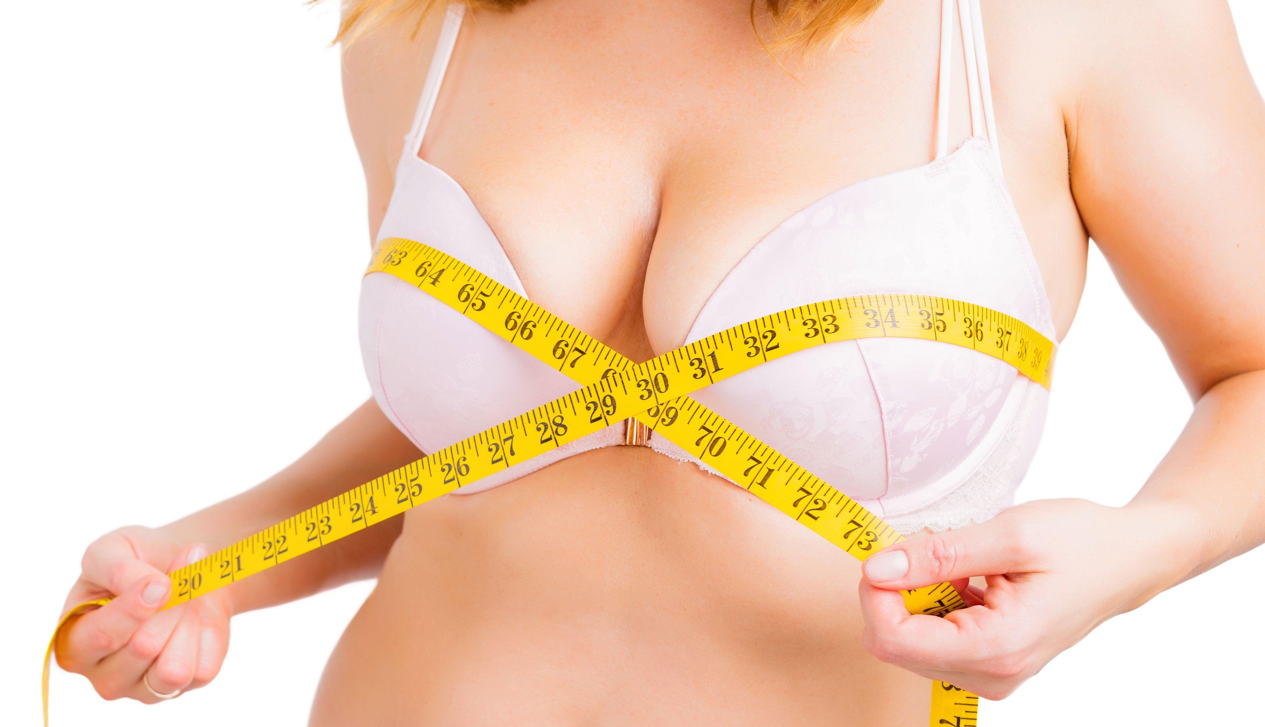 Mujer midiendo sus senos
