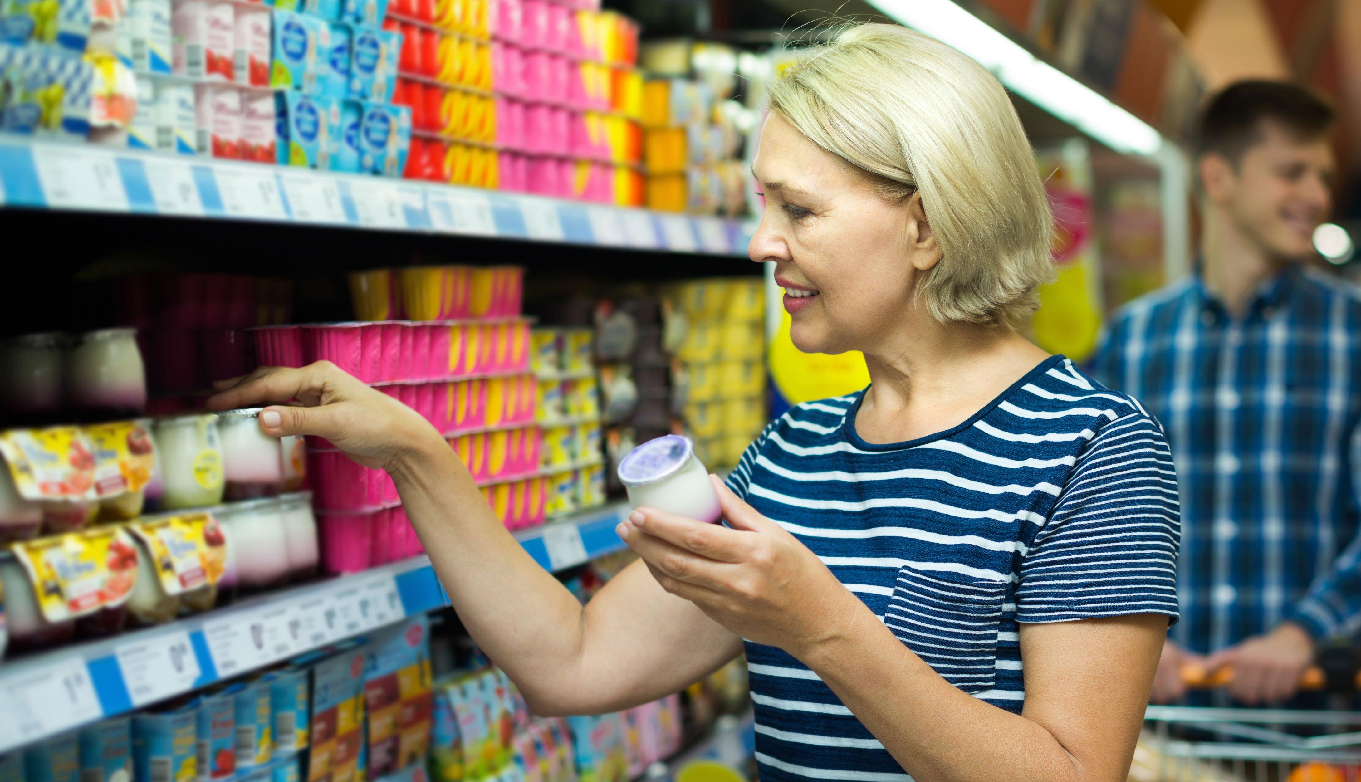 Mujer comprando yogur