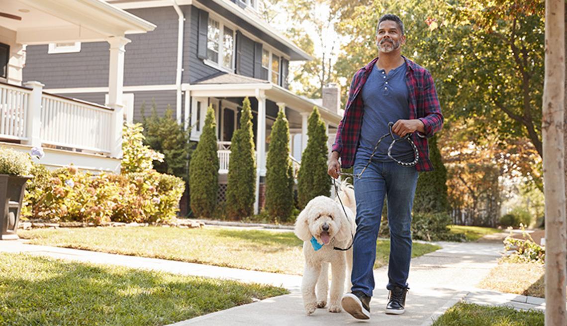Hombre caminando su perro