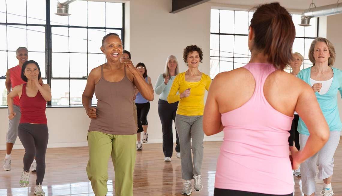 Mujeres mayores haciendo ejercicios