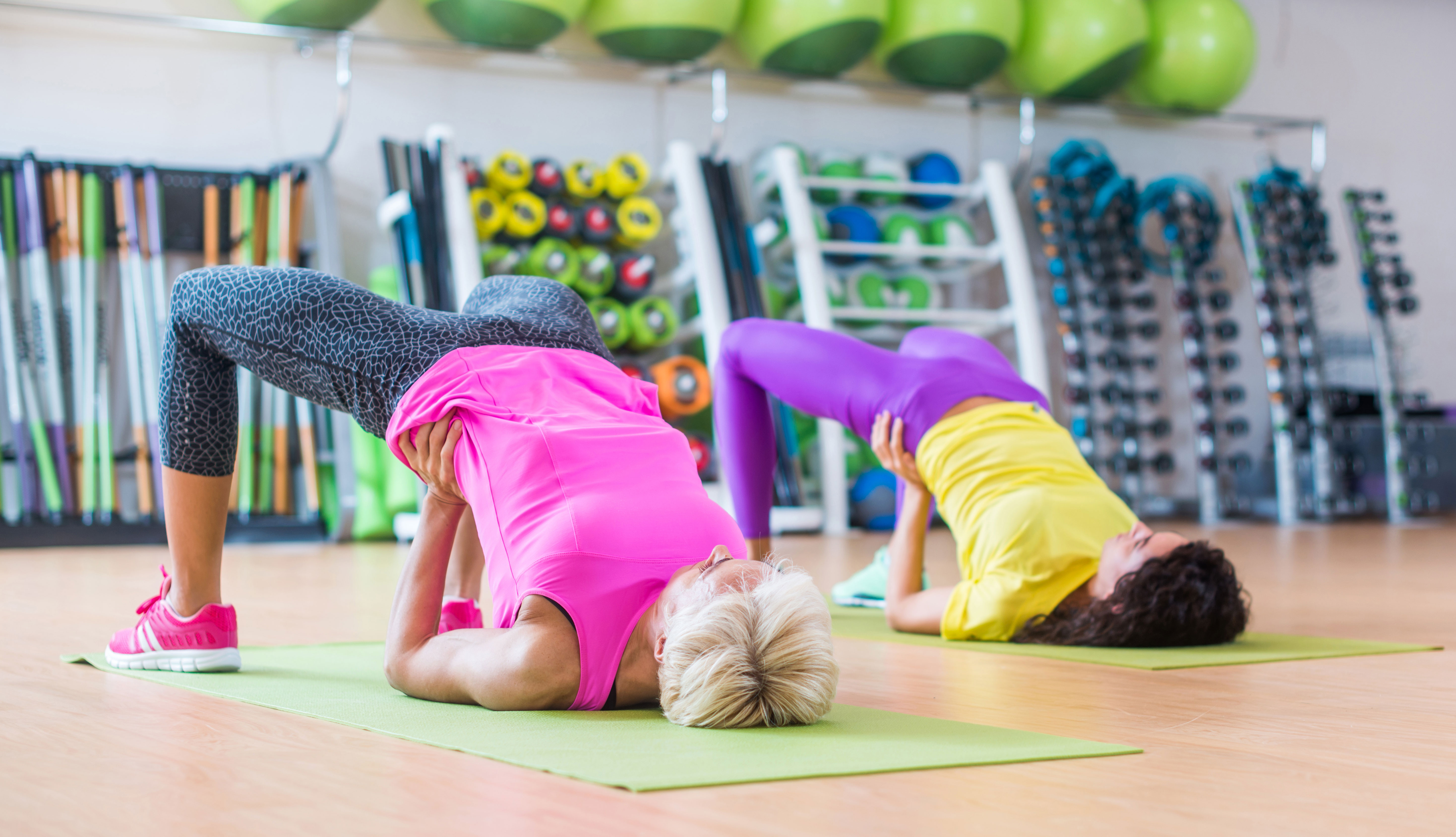 Dos mujeres practicando yoga