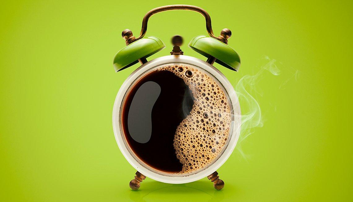 Taza de café y reloj despertador a la vez