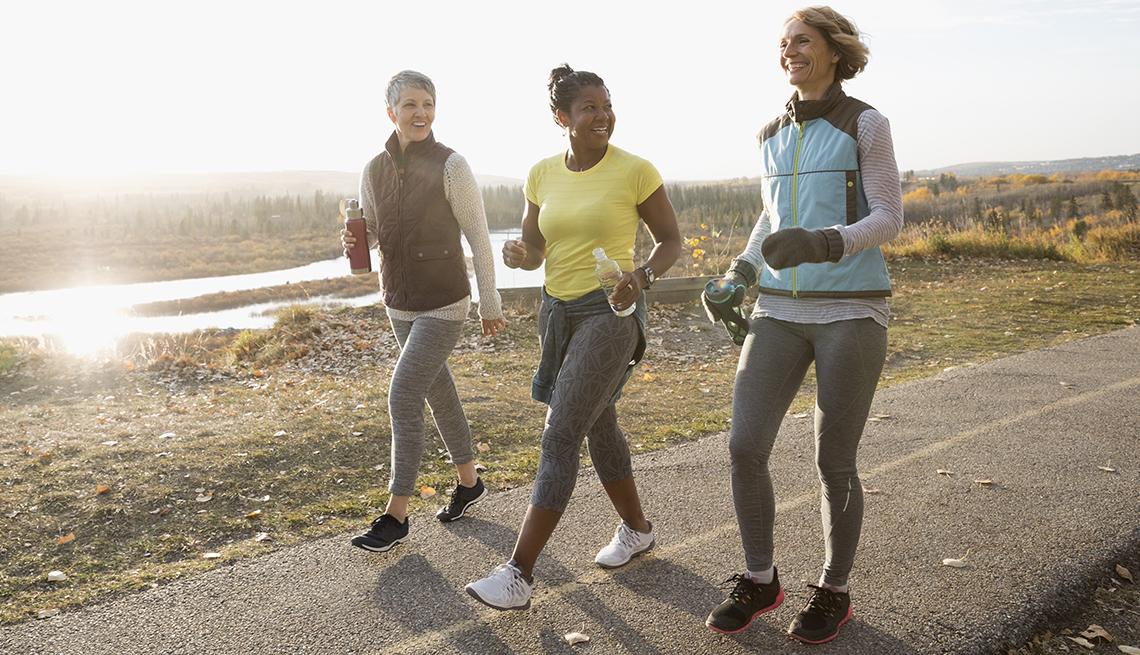 Mujeres caminando al aire libre
