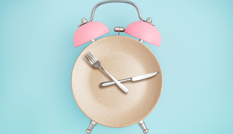 Reloj alarma y la parte redonda es un plato, cubiertos son las manecillas