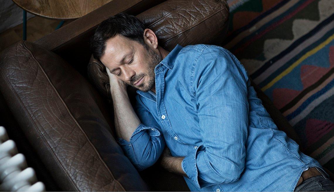 Hombre tomando una siesta