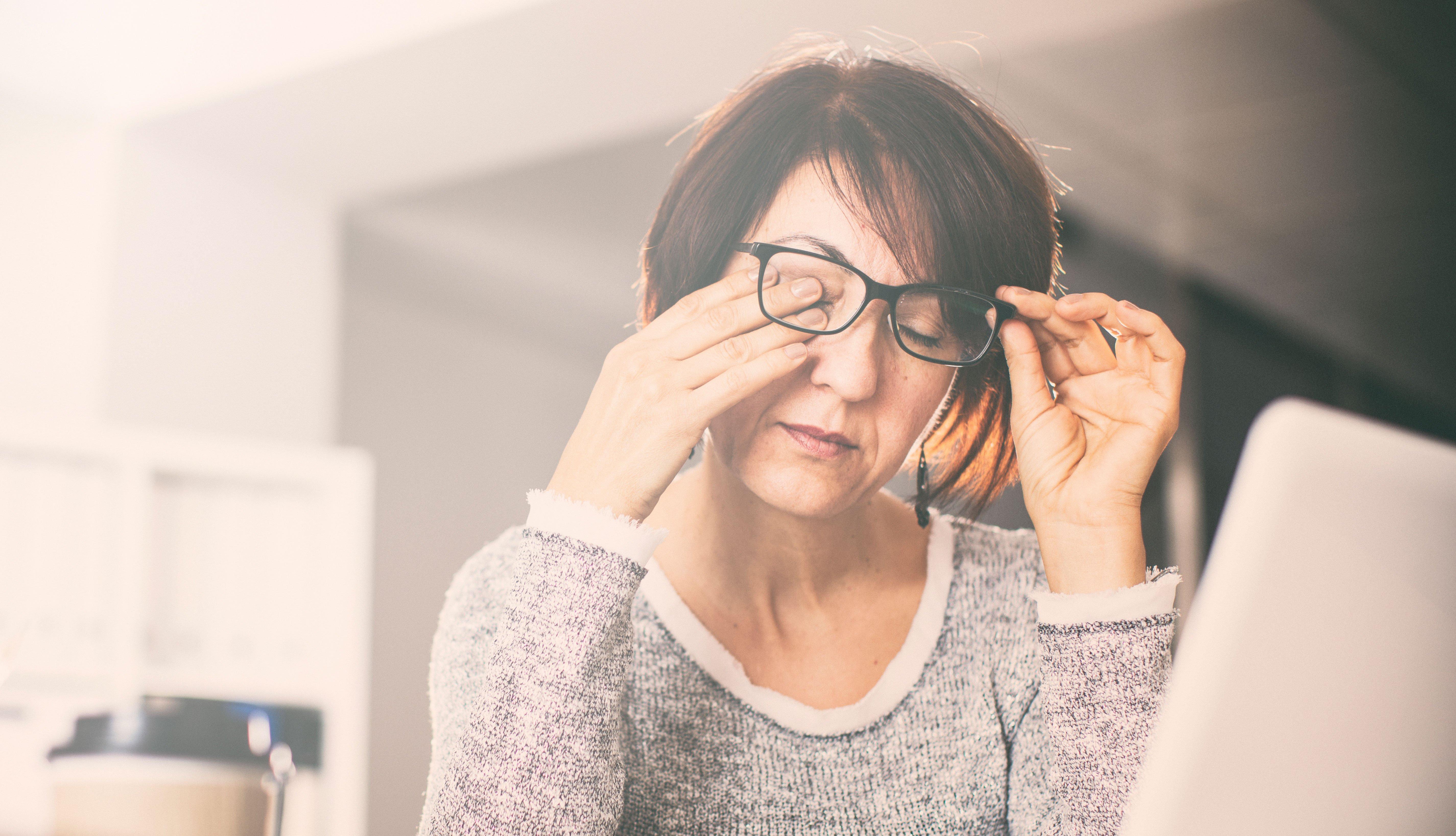Mujer rascando sus ojos