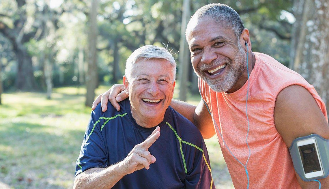 Dos hombres se ejercitan al aire libre
