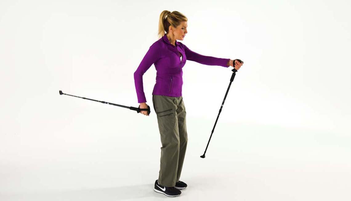 La experta en ejercicios Kathy Smith demuestra una caminata nórdica
