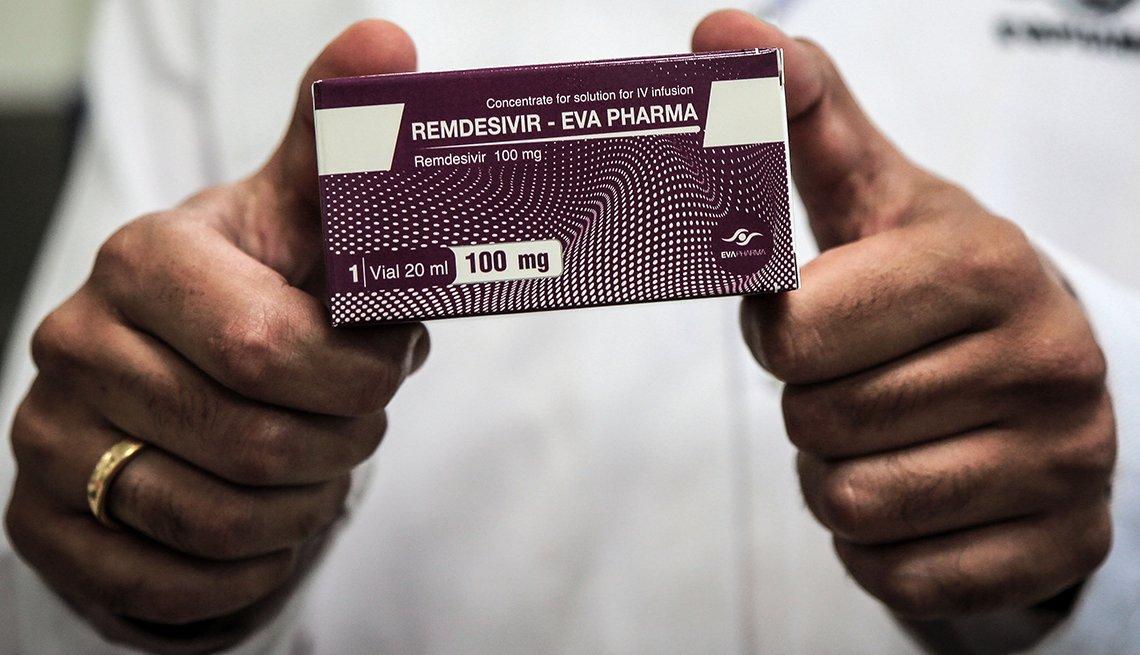 Una persona sostiene un empaque del medicamento Remdesivir