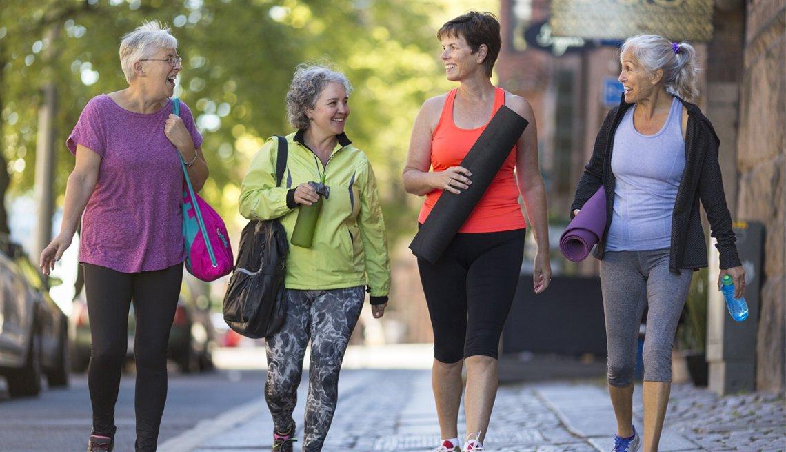 Mujeres mayores listas para hacer yoga