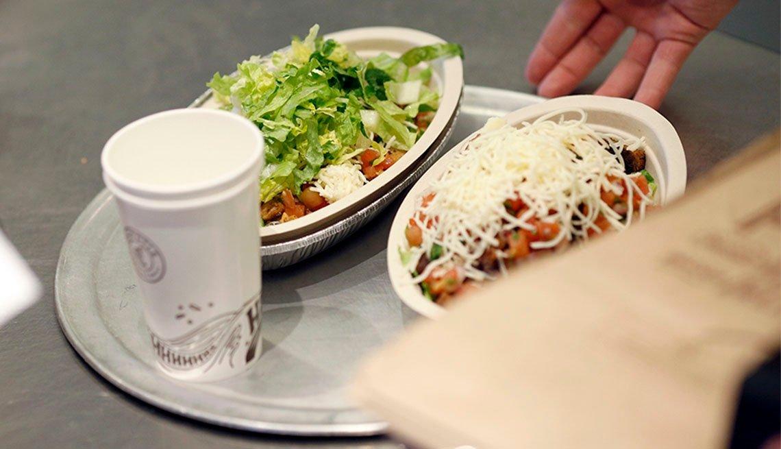 Bandeja con dos platos de comida y una bebida