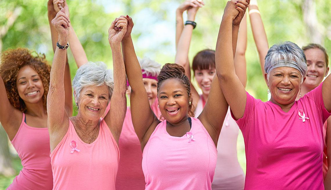 Grupo de mujeres vistiendo camisa rosada