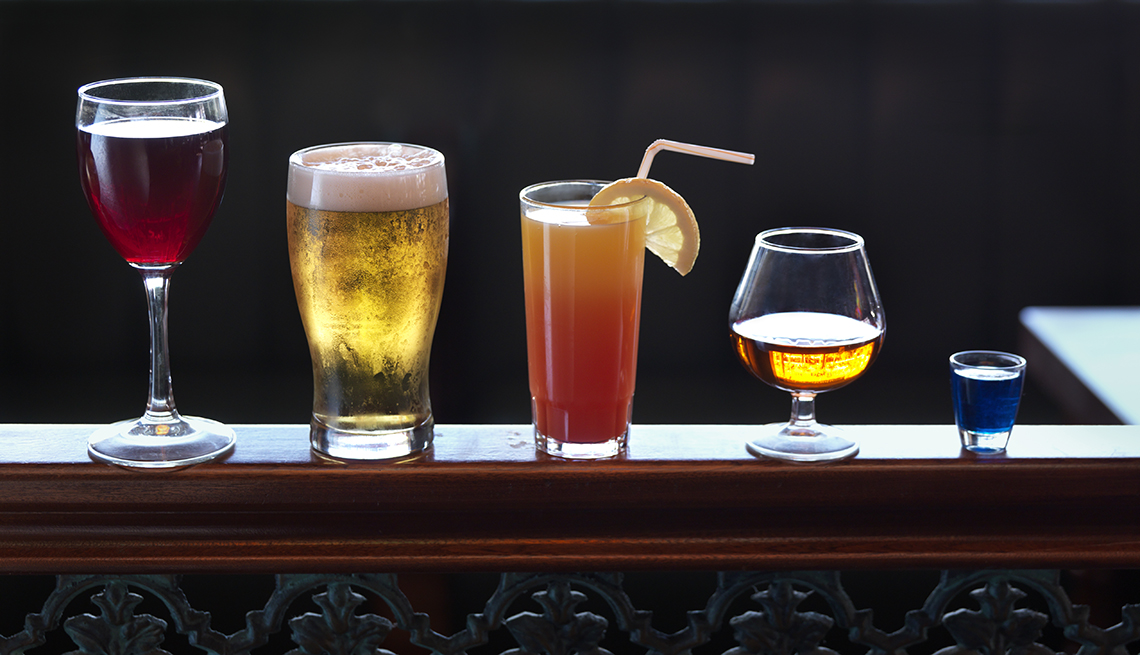 Diferentes bebidas alcohólicas sobre una barra