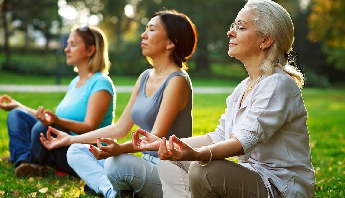 Tres mujeres meditando