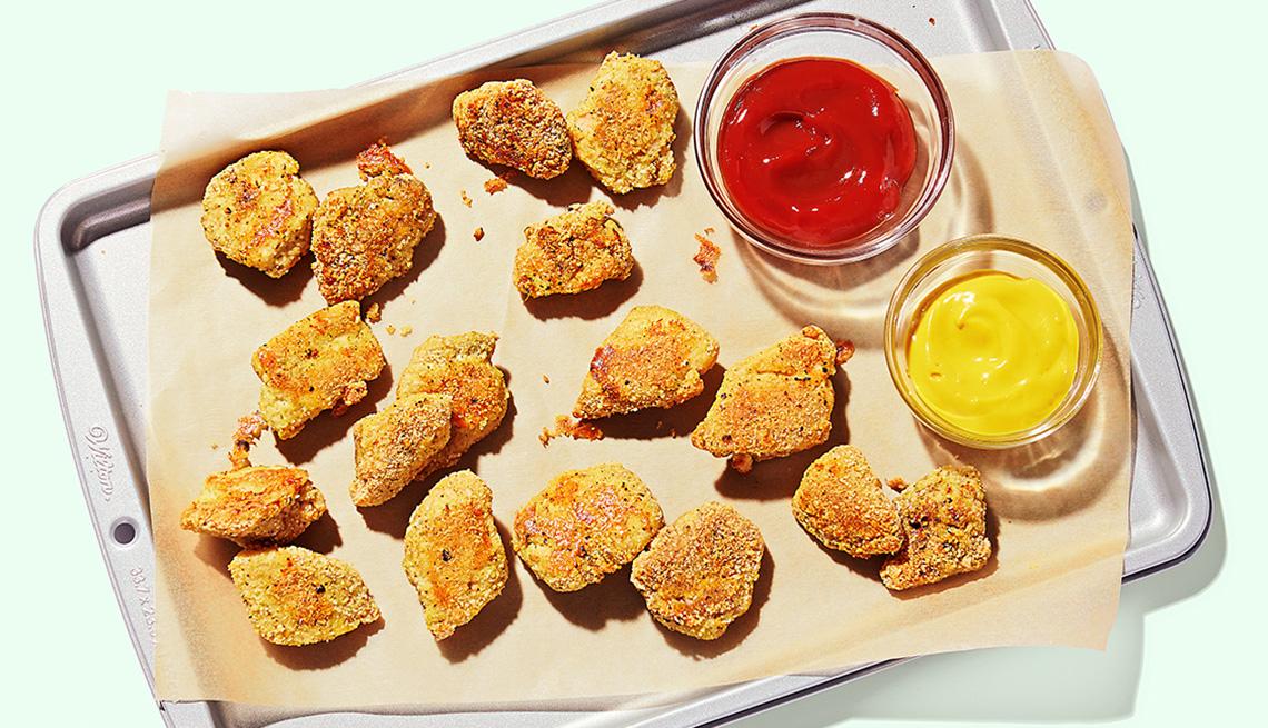 Pollo empanado y salsa de tomate y mostaza