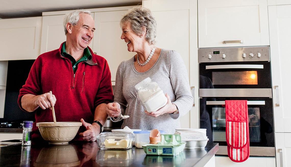 Una pareja cocina juntos
