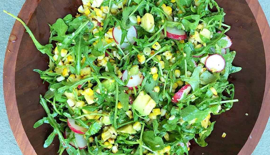 Ensalada de mazorcas de maíz asadas con rúcula, aguacate y rábanos
