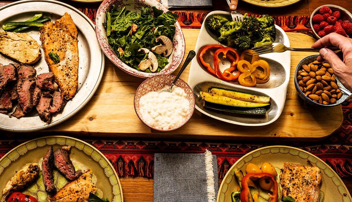 Mesa servida con varios platos